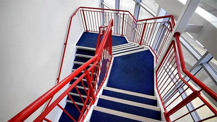 Làm sạch tay vịn cầu thang